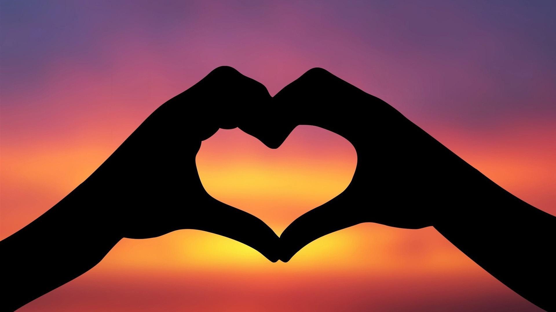 Manos haciendo la forma del corazón