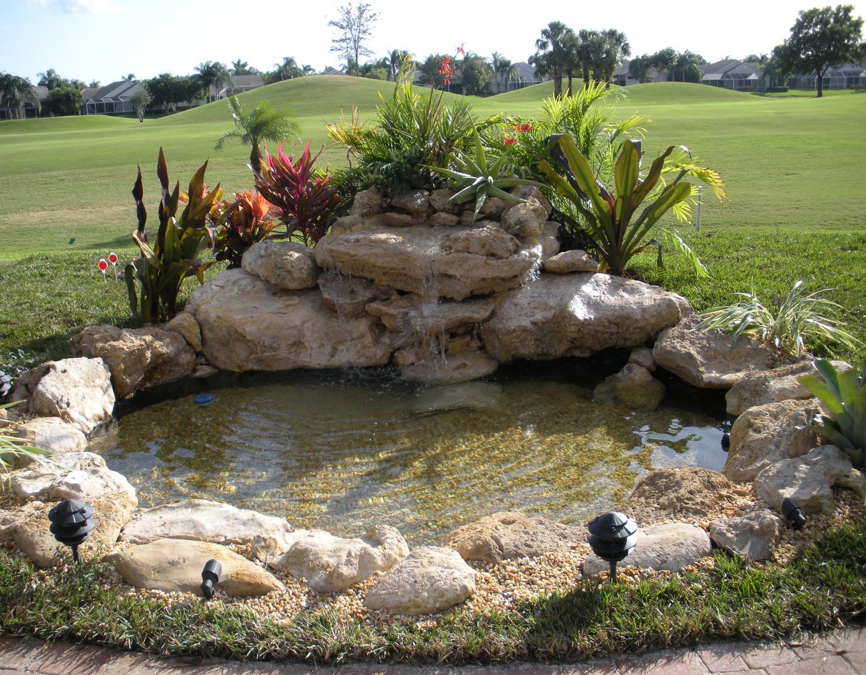 Wallpaper de estanque con fuente en jardin for Mini pond con pesci